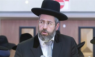 Chief Rabbi David Lau: Stop kissing mezuzahs to lower coronavirus risk