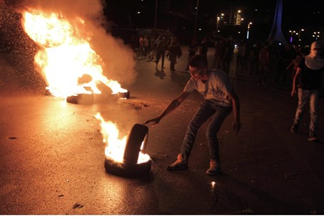 Rioters burn tires during clashes with IDF ne