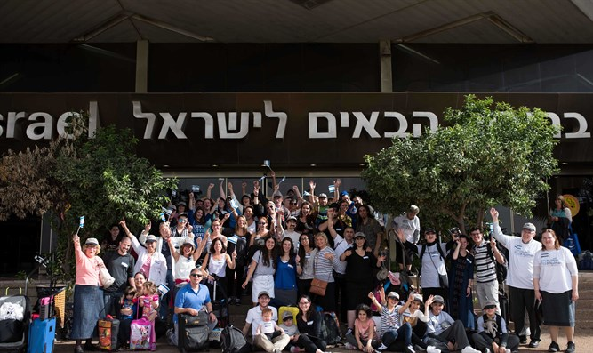 North American olim arrive at Ben Gurion airport