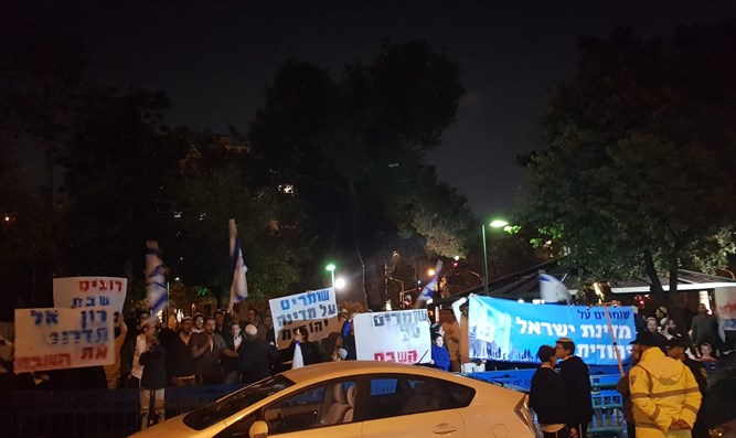Protest outside home of Tel Aviv Mayor